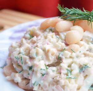 Fasulye, jambon ve krutonla birlikte salata pişiriyoruz 19