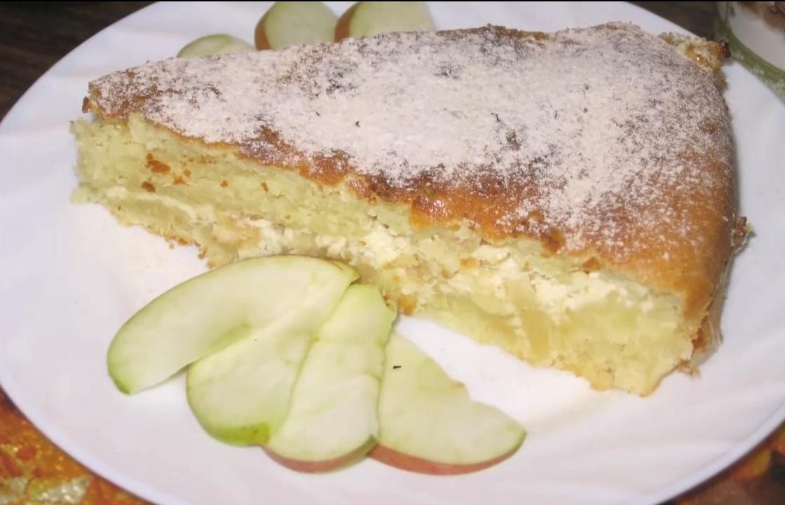 Elma ile lezzetli, yumuşak ve yemyeşil maya turtası