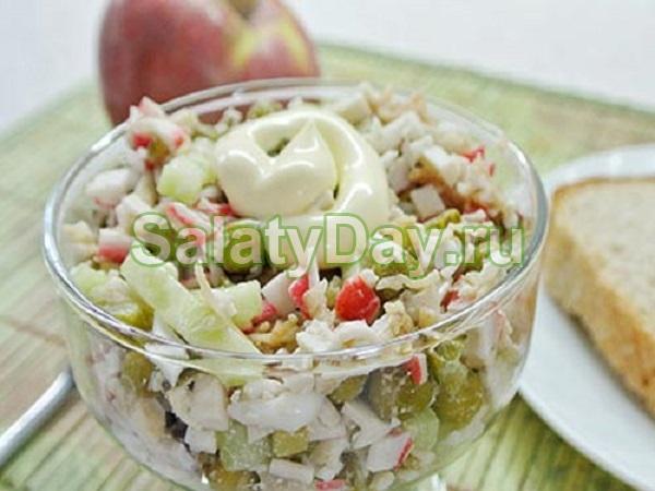Salatalık ile Yengeç Salatası - her gün ve festival menüler için lezzetli bir kombinasyon
